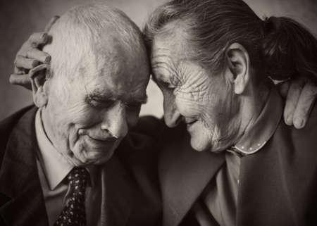 Nette 80 Jahre altem Ehepaar posieren für ein Porträt in ihrem Haus Love forever Konzept Standard-Bild - 28956550