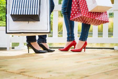 복사 공간 succesfull 쇼핑, 세부 샷 후 휴식을 즐기는 두 매력적인 젊은 여자 친구, 스톡 콘텐츠 - 30734248