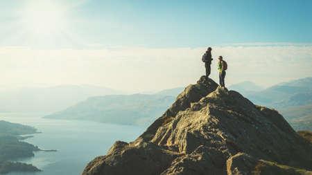 aventura: Dos excursionistas mujer en la parte superior de la vista del valle disfrutando de la montaña, Ben A