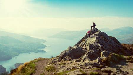 aventura: Dos excursionistas femeninos en la parte superior de la vista del valle disfrutando de la montaña, Ben A