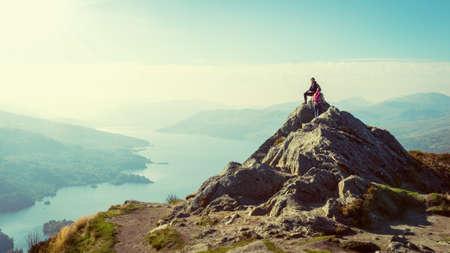 Zwei weibliche Wanderer auf dem Gipfel des Berges zu genießen Talblick, Ben A Standard-Bild - 32569531
