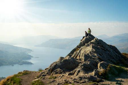 valley view: Due escursionisti femminile in cima alla vista valle di montagna godendo, Ben A