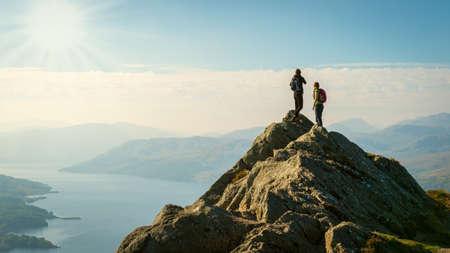amigos: Dos excursionistas mujer en la parte superior de la vista del valle disfrutando de la monta�a, Ben A