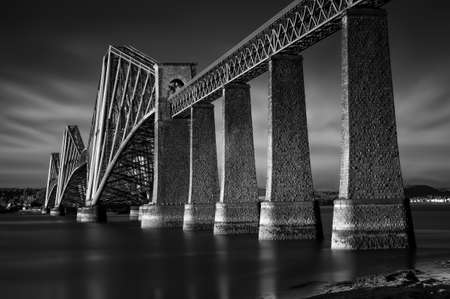 Zwart-wit beeld van de Firth of Forth Rail Bridge in South Queensferry, Edinburgh, Schotland