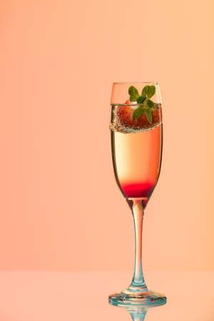 effets lumiere: verre de champagne � la fraise, tourn� en studio avec des effets de lumi�re