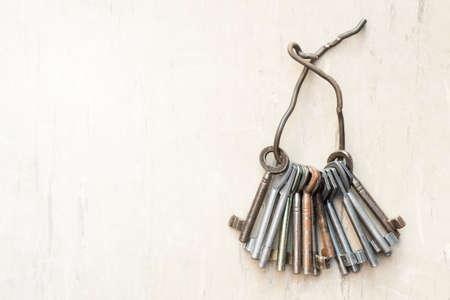 puertas viejas: Manojo de llaves antiguas, detalle tiro con copia espacio Foto de archivo
