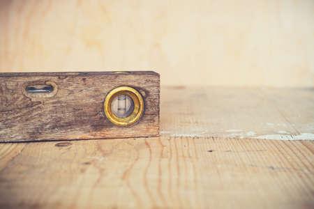 Oude uitstekende waterpas op houten achtergrond Stockfoto