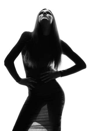 mujeres fashion: Alta look de moda. Glamour retrato de la bella modelo sexy mujer elegante joven de raza blanca