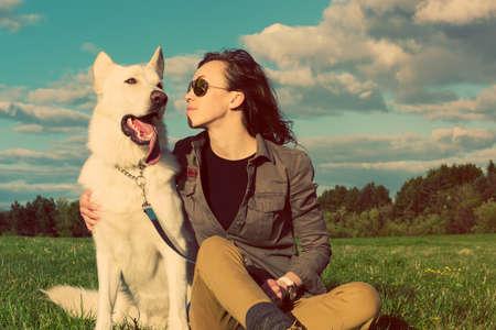 mujer con perro: Muchacha atractiva joven con su perro mascota, imagen colorised