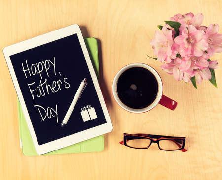 jornada de trabajo: Tabla con la tarjeta de D�a del padre en la tableta digital. Vista desde arriba Foto de archivo