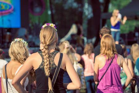 comunidad: Amigos sentados en el césped, disfrutando de una música al aire libre, la cultura, el evento de la comunidad, festival Foto de archivo
