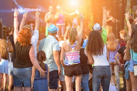 escuchando musica: Personas de diferentes edades que disfrutan de un aire libre de la música, la cultura, el evento de la comunidad, festival Foto de archivo