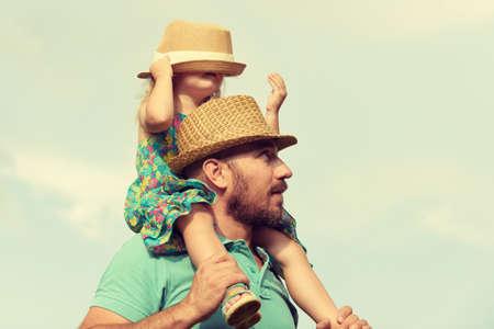 Gelukkig vader en dochter met plezier samen, familie tijd concept