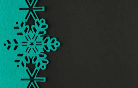 Ongebruikelijke ontwerp Kerstmis achtergrond met turquoise sneeuwvlokken en kopieer ruimte op donkere grijze achtergrond Stockfoto