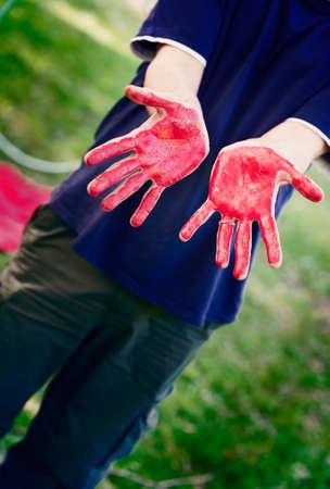body paint: Hombre con las manos pintadas con pintura corporal roja Foto de archivo