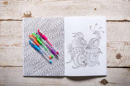 Volwassen kleurboeken, nieuwe stress verlichten trend, mindfulness-concept Stockfoto