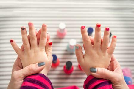 엄마와 딸이 재미 페인팅 손톱, 가족과 시간의 개념은, 위에서보기 스톡 콘텐츠 - 51462089
