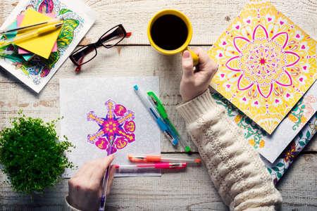 dibujos para colorear: Mujer colorear un libro de colorear para adultos, nueva tendencia para aliviar el estrés, el concepto de la atención plena, detalle mano