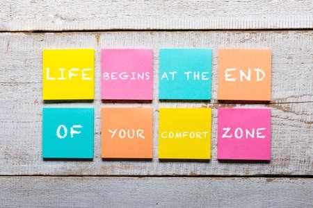 Retro table en bois blanc avec citation de motivation sur des notes autocollantes colorées
