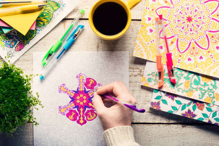 女性の大人の塗り絵、新しいストレス緩和傾向、マインドフルネスの概念、手詳細を着色