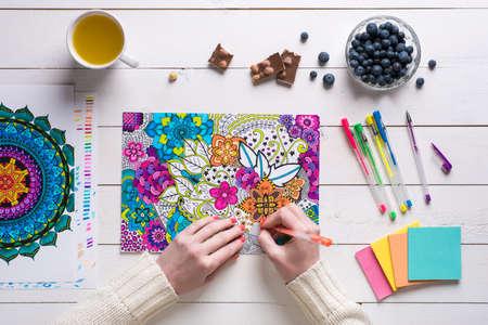 Wohnung lag, weibliche Färbung erwachsene Färbung Bücher, neue Spannungsarmglühen Trend Standard-Bild - 56351804