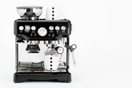 Geïsoleerde zwarte handmatige koffiezetapparaat met koffiemokken op een witte achtergrond, vooraanzicht