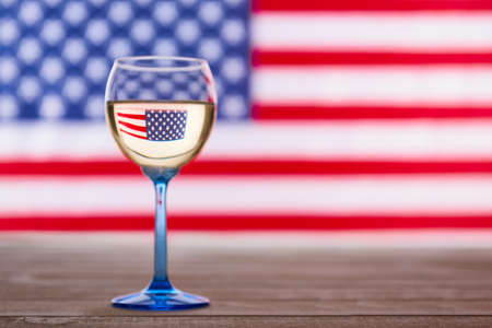 Amerikaanse vlag en glas witte wijn, partijconcept Stockfoto - 81046195