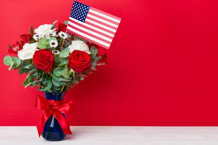 Schöner Blumenstrauß mit amerikanischer Flagge auf rotem Hintergrund Standard-Bild - 80989048