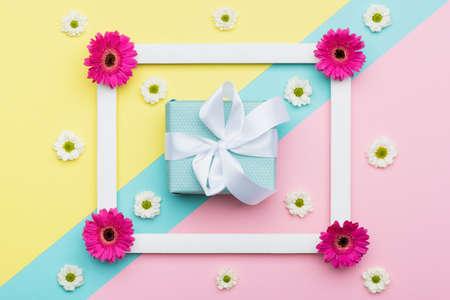 Glücklicher Muttertag, Frauentag, Valentinstag oder Geburtstags-Pastellbonbon färbt Hintergrund. Geometrische Mustergrußkarte des Blumenebenenlage-Minimalismus mit einer Geschenkbox. Standard-Bild - 94099713