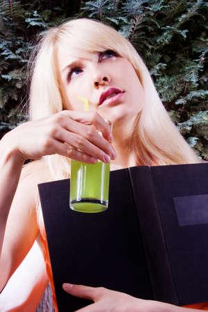 mujer rubia desnuda: mujeres jóvenes la lectura de libros