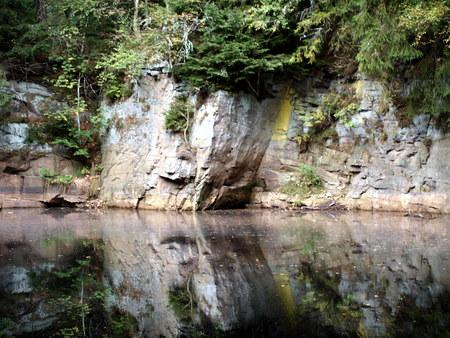 Steinbruch Wasserspiegelung Standard-Bild