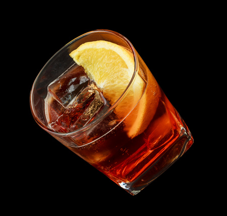verm�: Americano beber, que consta de vermut rojo dulce, agua de soda. Aislado sobre fondo negro Foto de archivo