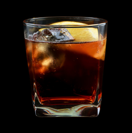 Americano beber, que consta de vermut rojo dulce, agua de soda. Aislado sobre fondo negro