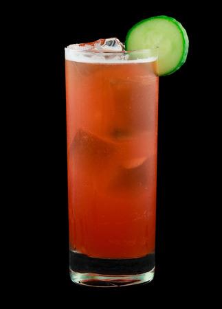 ambrosia: Bere chiamato Swizzle Ambrosia che contiene rum, liquore alla vaniglia, fragole, cetrioli, succo di ananas, succo di lime, sciroppo semplice e amari. Guarnito con una fetta di cetriolo. Isolati su fondo nero. Archivio Fotografico