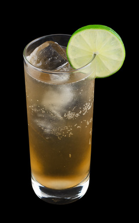 jengibre: Moscow Mule es una bebida que contiene el vodka, cerveza de jengibre y lima recién exprimido Foto de archivo