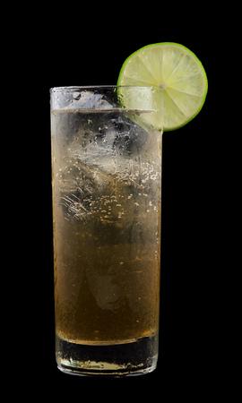 alimentos y bebidas: Moscow Mule es una bebida que contiene el vodka, cerveza de jengibre y lima reci�n exprimido Foto de archivo