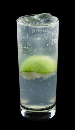 Gin Rickey, consisting of gin, lime juice and soda water. Isolated on black background. Standard-Bild