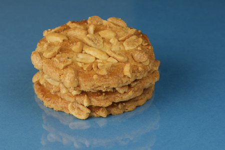 Close-up of peanut butter cookies against a blue background Standard-Bild