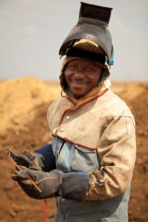 soldador: Trabajador de soldador de tuber�a de petr�leo y gas con m�scara de seguro, guantes y equipos