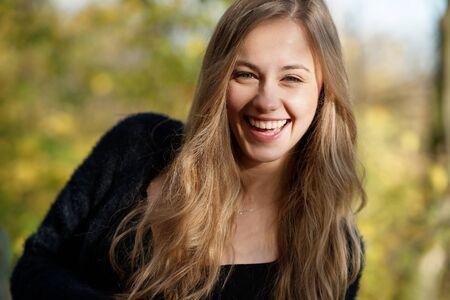 Porträt einer jungen Frau, Herbst, stimmungsvolle Farben