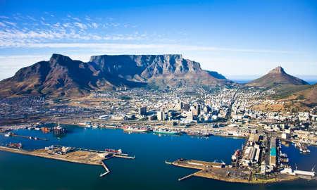 Luftaufnahme des Stadtzentrums von Kapstadt mit Tafelberg, Hafen von Kapstadt, Löwenkopf und Teufelsgipfel