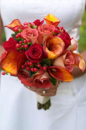 rosas naranjas: Novia celebraci�n ramo de rosas rojas y naranja.
