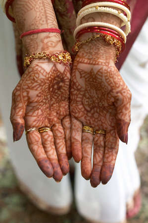 bangles hand: Hindu henna design on hands of bride from India. Stock Photo