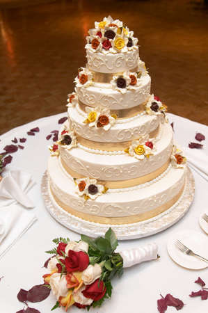 Wedding cake with bouquet of roses