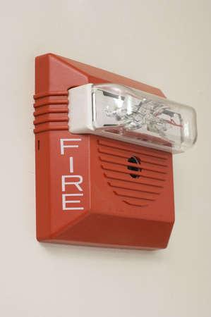 mounted: Rode brandalarm gemonteerd op een witte muur