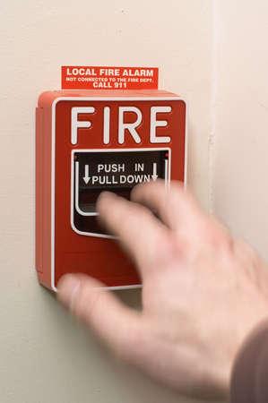 uaktywnić: Ręki w ruchu pociągnięcie aby uaktywnić alarm pożarowy Zdjęcie Seryjne