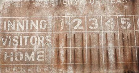 softball: Antiguo cuadro de b�isbol se perdi� la cosecha de fondo oxidado  Foto de archivo