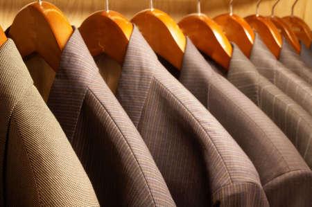 옷걸이에 매달려있는 남성 정장 재킷의 행 스톡 콘텐츠