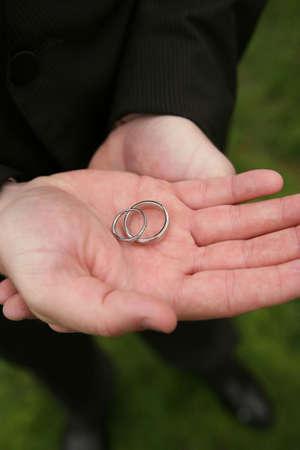 バンドに焦点を当てる手被写し界深度の結婚指輪