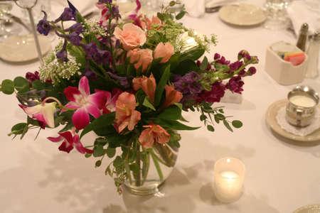 Bloemen op de instelling van de tabel op Bruiloft Receptie Stockfoto